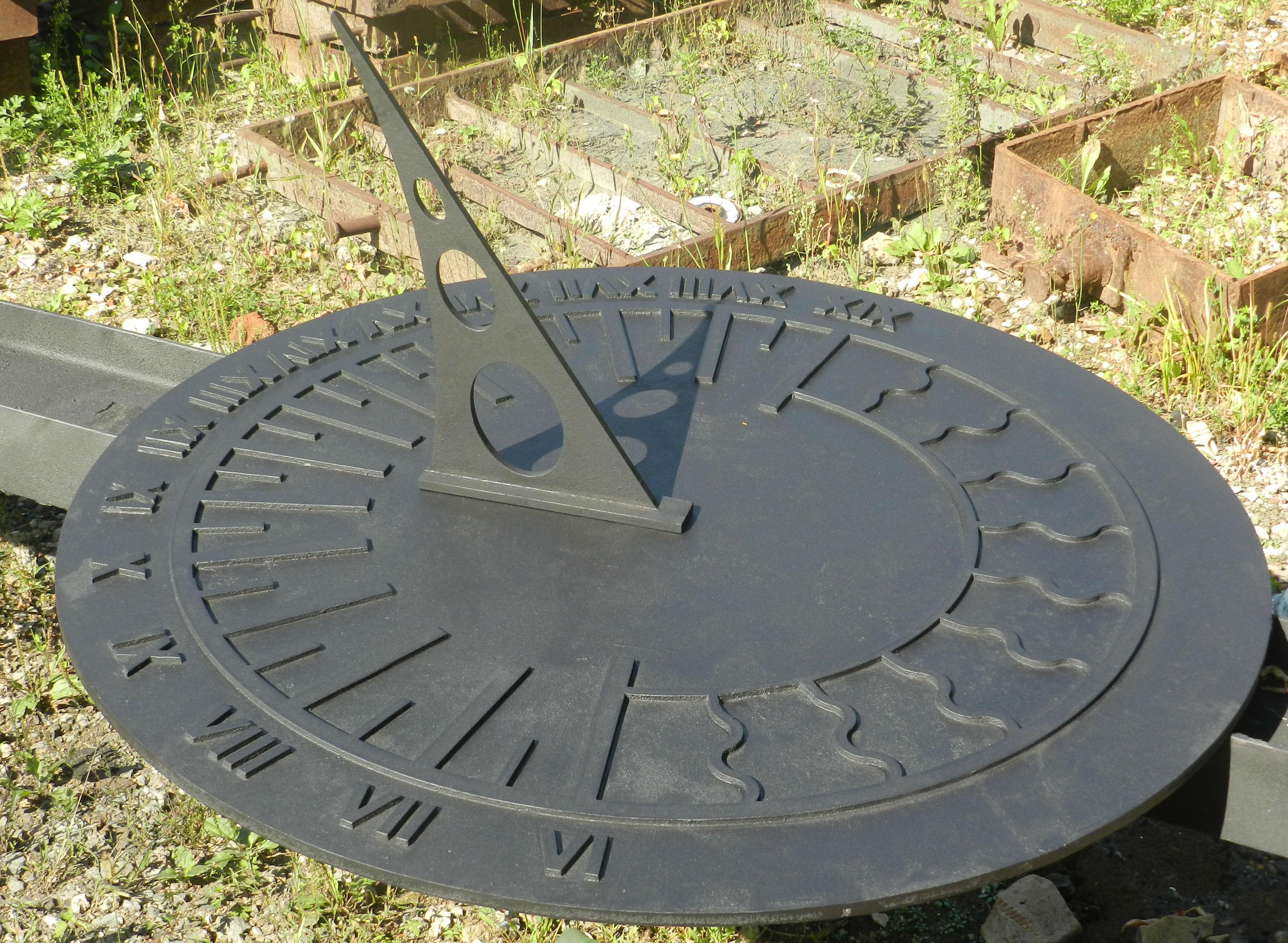Чугунные солнечные часы в парке Сокольники