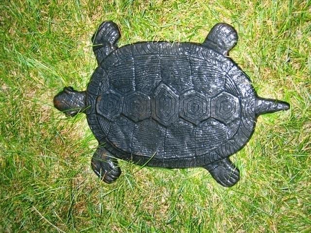 Чугунная дорожка в саду – черепахи