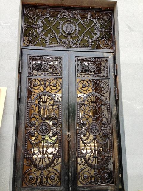 Чугунные двери в загородном доме