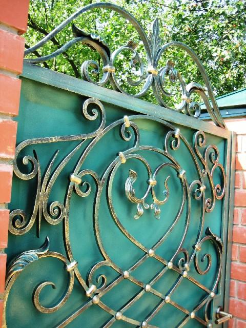 Кованые ворота с золотой патиной