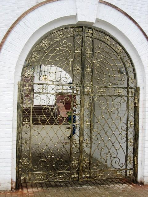 Кованные ворота в храм с золотой патиной