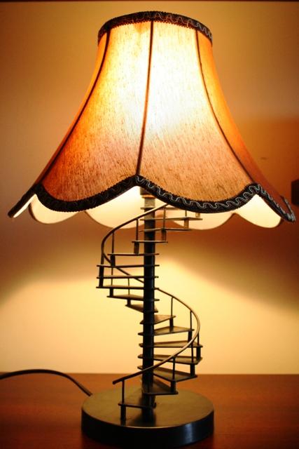 Настольная лампа, материал – сталь