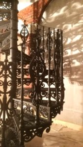 Чугунная винтовая лестница Модерн диаметром 1900 мм