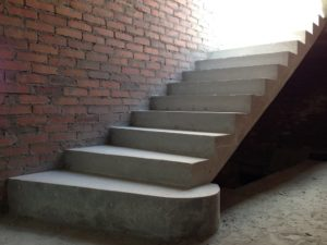 Бетонная лестница внутри дома